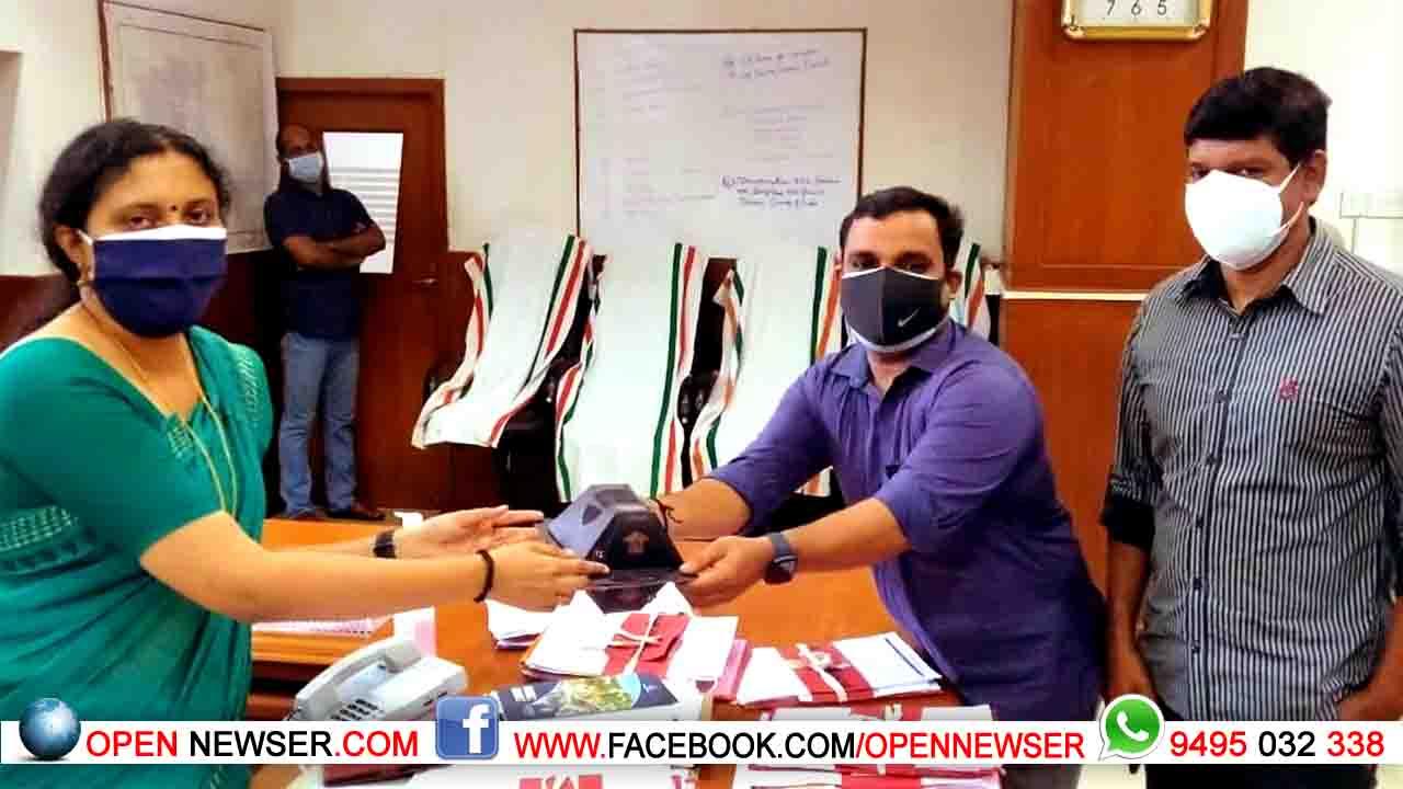 ബോചെ ബ്രാന്റ് ട്രാന്സ്പരന്റ് മാസ്ക് തൃശൂര് ജില്ലാ കളക്ടര്ക്ക് നല്കി